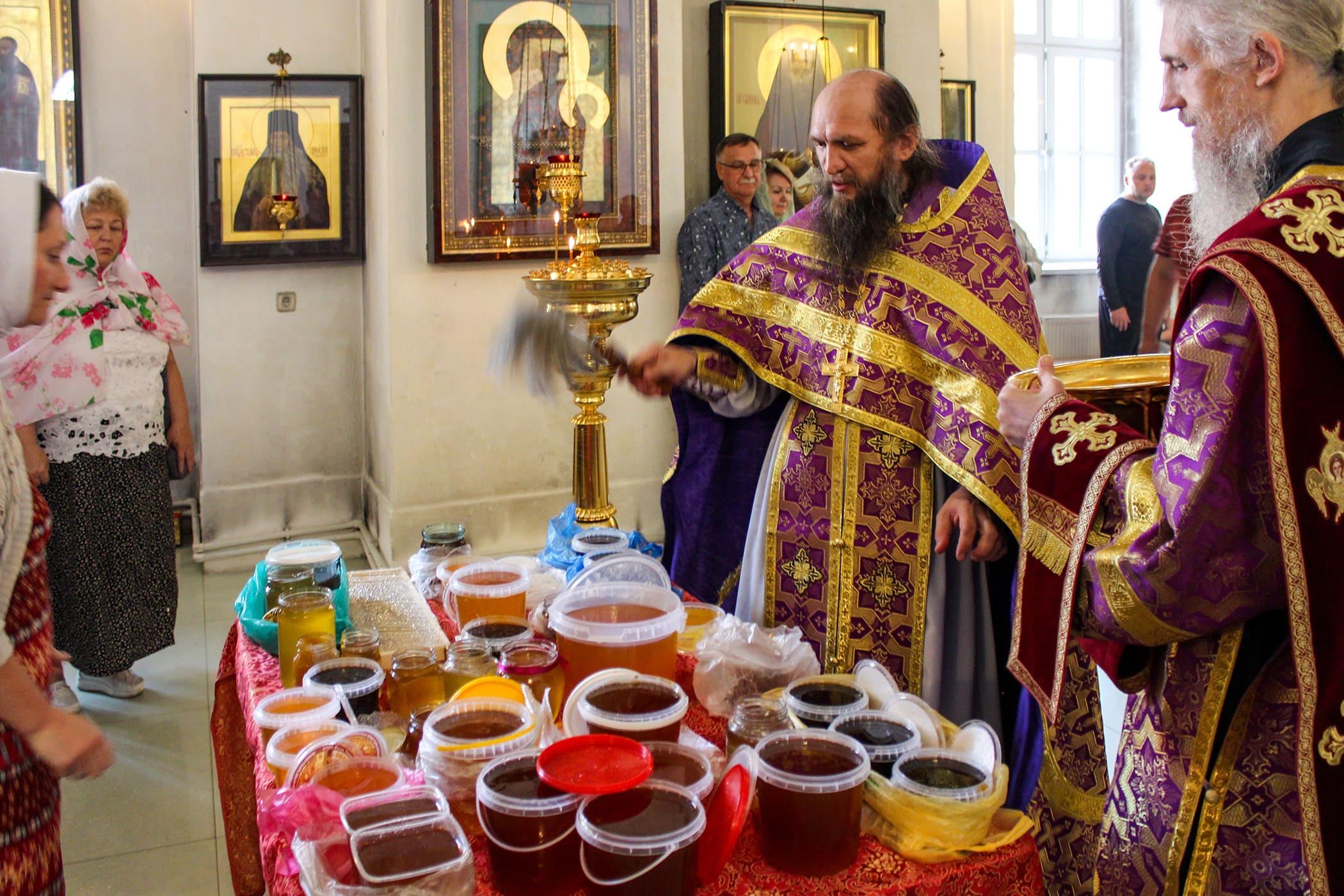 «Спасительному древу поклонимся, Кресту пресвятому, емуже служат ангельская вся воинства, предлежащ видяще, вернии, источающ нам освящение и жизнь». В Нило-Столобенском монастыре поклонились Честному и Животворящему Кресту 8